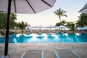 Pool am Strand - COOEE at Grand Paradise Playa Dorada - Dominikanische Republik