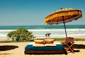 Entspannung am Strand des The Oberoi Bali