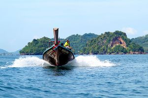 Traditionelles Longtail-Boot in einer Bucht Thailands